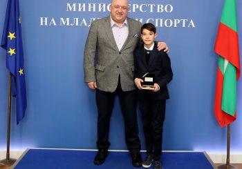 Министър Кралев награди Никола Цолов